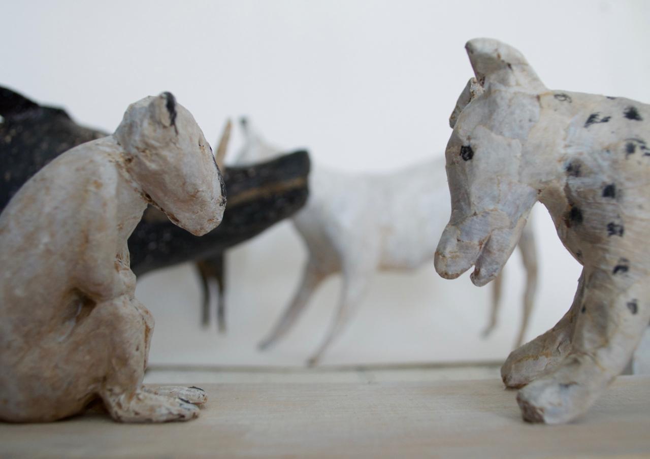 Hundar. Skulptur av Anne Carlqvist